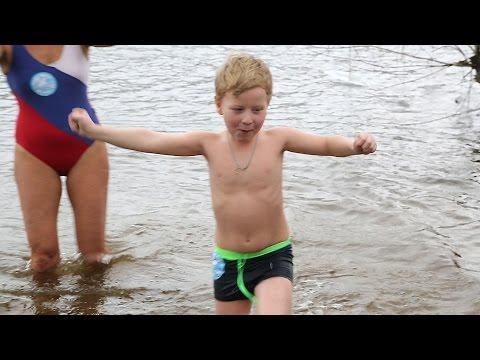 В Москве-реке ледяной водой закаляются дети (новости)