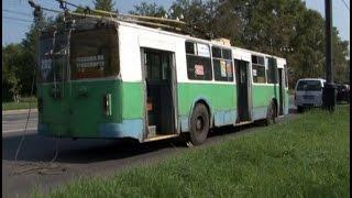 Троллейбус, подпрыгнувший на кочке, сорвал светильники со столба в Хабаровске.MestoproTV