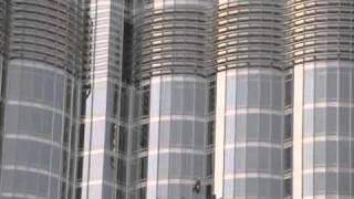 BURJ KHALIFA / DUBAI - WORKERS CLEANING THE WINDOWS
