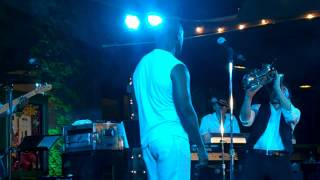 Dave Kov and BeBe Winans performThe Dance live at Thornton Winery