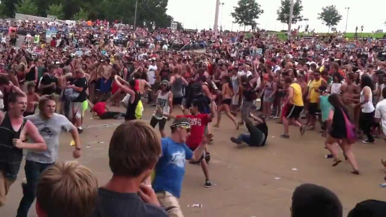 Massive circle pit at Pierce The Veil, Warped Tour. - YouTube