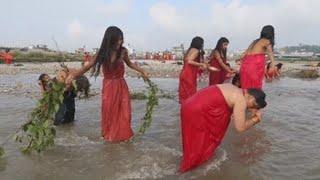 Mujeres nepalíes celebran el festival de Rishi Panchami para expiar culpas