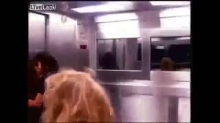 Broma en el elevador. Al máximo terror