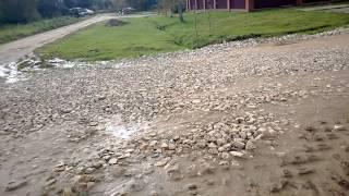 Вода идет через дренажную канаву соседей. Их участок ниже.
