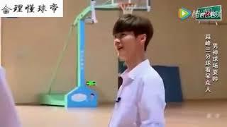   鹿晗和潘瑋柏打籃球,怒進一記超遠三分 