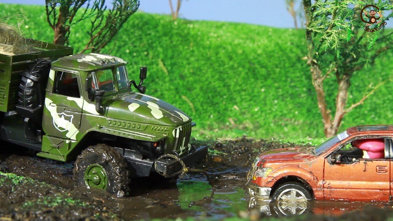 Мультик про машинки. Маша и медведь катаются по грязи. МанкиМульт