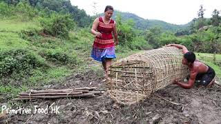 Primitive Technology with Primitive Life Skills fish trap in the river - Primitive food