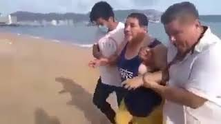 Salvavidas en playa de Acapulco rescatan a turista en estado de ebriedad