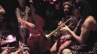 """La Familia de Ukeleles - """"Siete notas de amor"""" en el living (25/10 Café Vinilo) Filmó: Emi Romero"""
