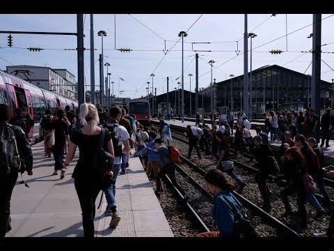 Paris : cheminots et étudiants envahissent la gare du Nord et la gare de l'Est