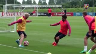 Lionel Messi Nutmegs Luis Suarez!