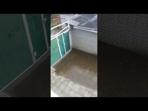 В Заволжском районе Твери вода несколько часов заливает подвалы жилых домов