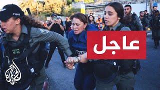 اللحظات الأولى لاعتقال مراسلة الجزيرة جيفارا البديري في حي الشيخ جراح