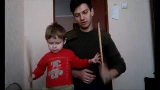 Ребенок 2 года играет с папой на барабане.Барабаны для начинающих(drum lessons for beginers)