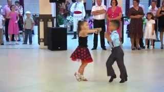 Repeat youtube video Màn nhảy đẹp mắt của 2 em bé - Beautiful dance of 2 children