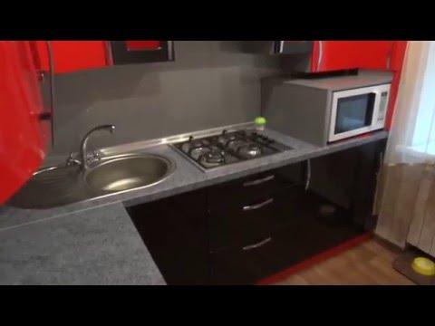 Прямая кухня в хрущевке с холодильником фото