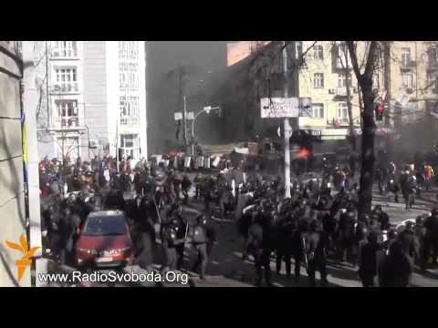 Активисты жестоко побили бойцов Беркута     Бои на ул  Шелковичной, Киев, 18 02