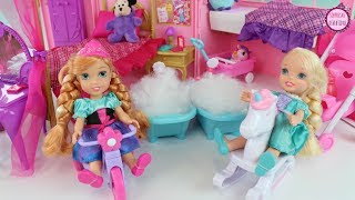 Cuidando de Elsa y Ana pequeñas con  juguetes y moldes de Play-Doh