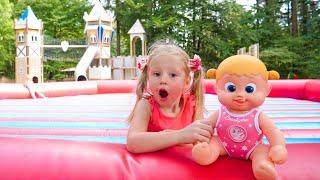 Nastya trabalha em um parque de diversões e ajuda a boneca.