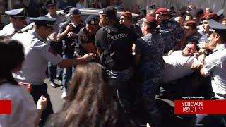Բռնի ուժ կիրառելով ոստիկանները բերման են ենթարկում ակցիայի մասնակիցներին