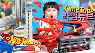 핫 휠 슈퍼 빙글빙글 고속도로 세트와 카 캐리어 장난감 놀이에 빠진 라임! LimeTube & Toys