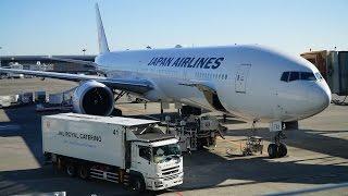 空港内で働く車両たちと航空機のドア開閉操作