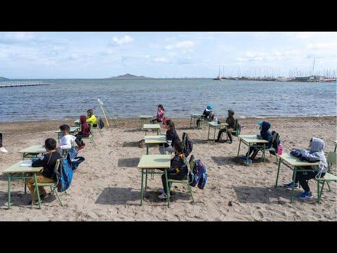 Escolares de Los Nietos dan clase en la orilla del Mar Menor