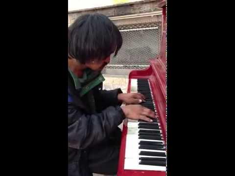Бездомный показал класс игры на пианино