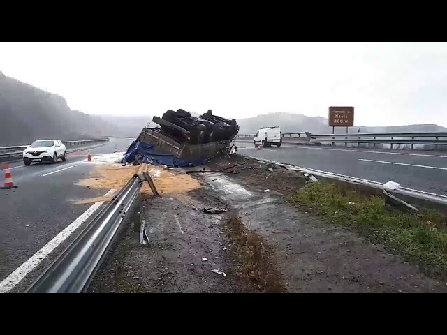 Así quedó el camión accidentado en la A-6 en Becerreá