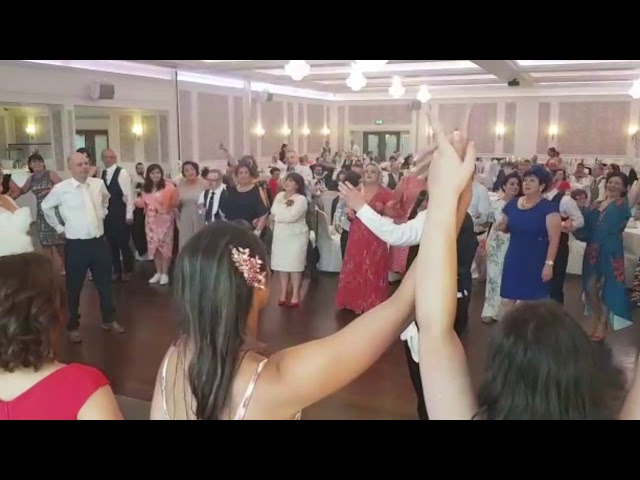 Now that's what I can a show.. Full dance floor - Please Share - Singers Secreto