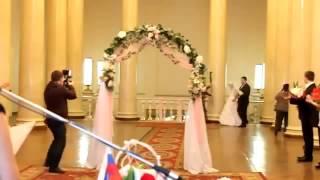 Случай на свадьбе невесту жалко)