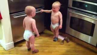Это ты украл мои носки???(Два мальчика не поделили свои носки и хотят выразить свои эмоции но так как еще разговаривать не умеют прих..., 2015-03-31T09:19:41.000Z)