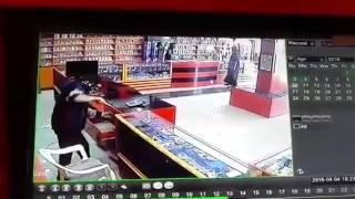 لحظة اقتحام محل لبيع الأجهزة الإلكترونية في الرياض بالسواطير