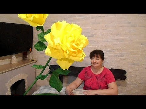 видео: Большая роза из гофрированной бумаги с бутонами на подставке
