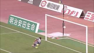 クリアボールに反応した櫻内 渚(磐田)がダイレクトボレーを突き刺し、...