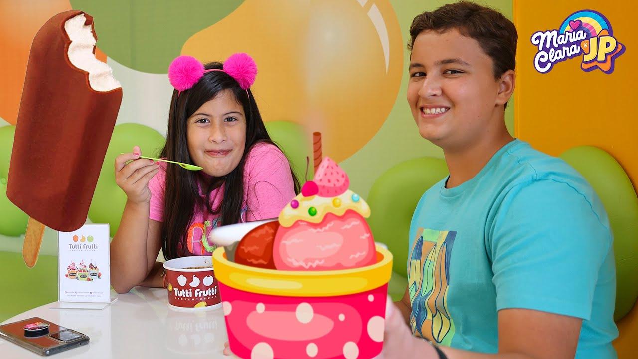 Maria Clara e JP na nova loja de sorvete