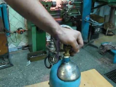 По стволу проходят каналы для горючего кислорода. Наконечник включает в себя смесительную камеру, инжектор, иногда – мундштук. Обычно газовые горелки для сварки производители укомплектовывают набором наконечников: их смена позволяет изменять интенсивность сварочного пламени.