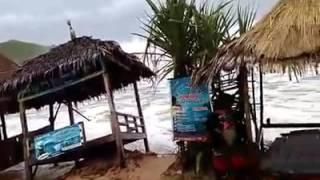 Download Video Pantai selatan marah ombak 4-6 meter  merubuhkan gazebo MP3 3GP MP4