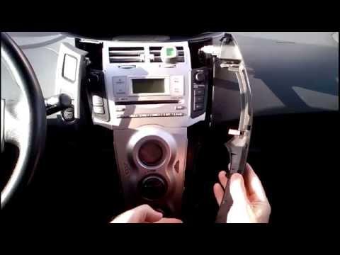 Toyota Yaris 2006. Замена ламп подсветки средней консоли