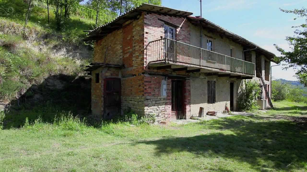 Italian farmhouse with vineyards for sale in Piemonte Piedmont