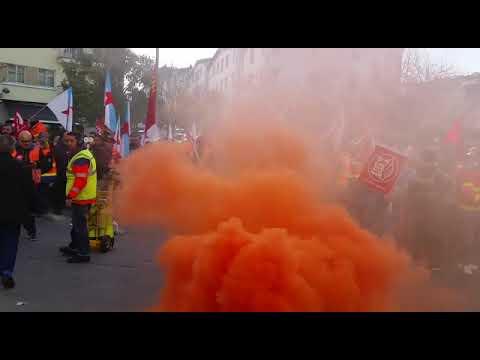 Bombos, sereas e botes de fume na marcha dos traballadores de ambulancias