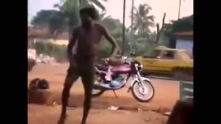 Orang gila joget sendiri (~_~) -
