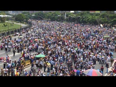 Venezuelan anti-Maduro protesters block roadways