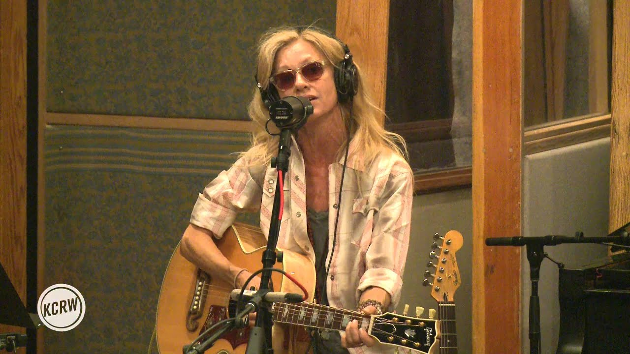 Shelby Lynne performing