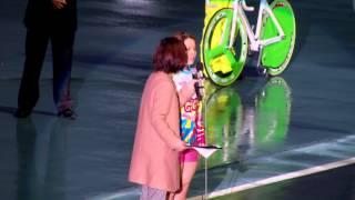 優勝の梶田舞。聞き手は木村雅子。2014年12月28日、岸和田競輪場。