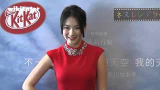穿著大紅色改良式旗袍性感現身前KARA成員知英今天現身在台北為她拍攝的...