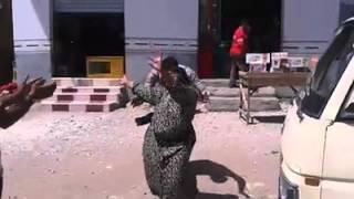 رقص سيدة عجوز على تسلم الايادى امام لجنة انتخابات بالنزل مركز منية النصر 28 مايو