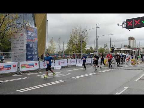 Финишируют бегуны на дистанции 10 км. Абсолют Московский Марафон. Финиш 10 км