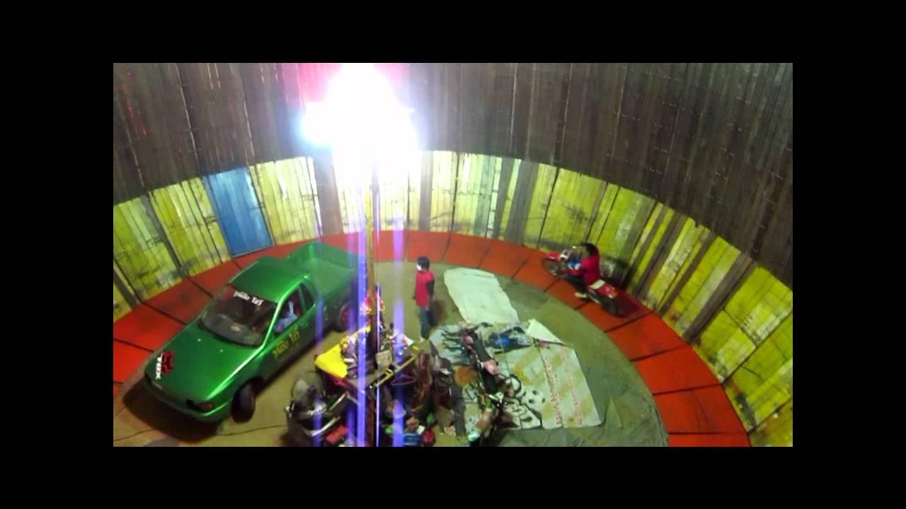 画像: タイのお祭り バイクと車が垂直の壁を走りまわるスゴ技 youtu.be