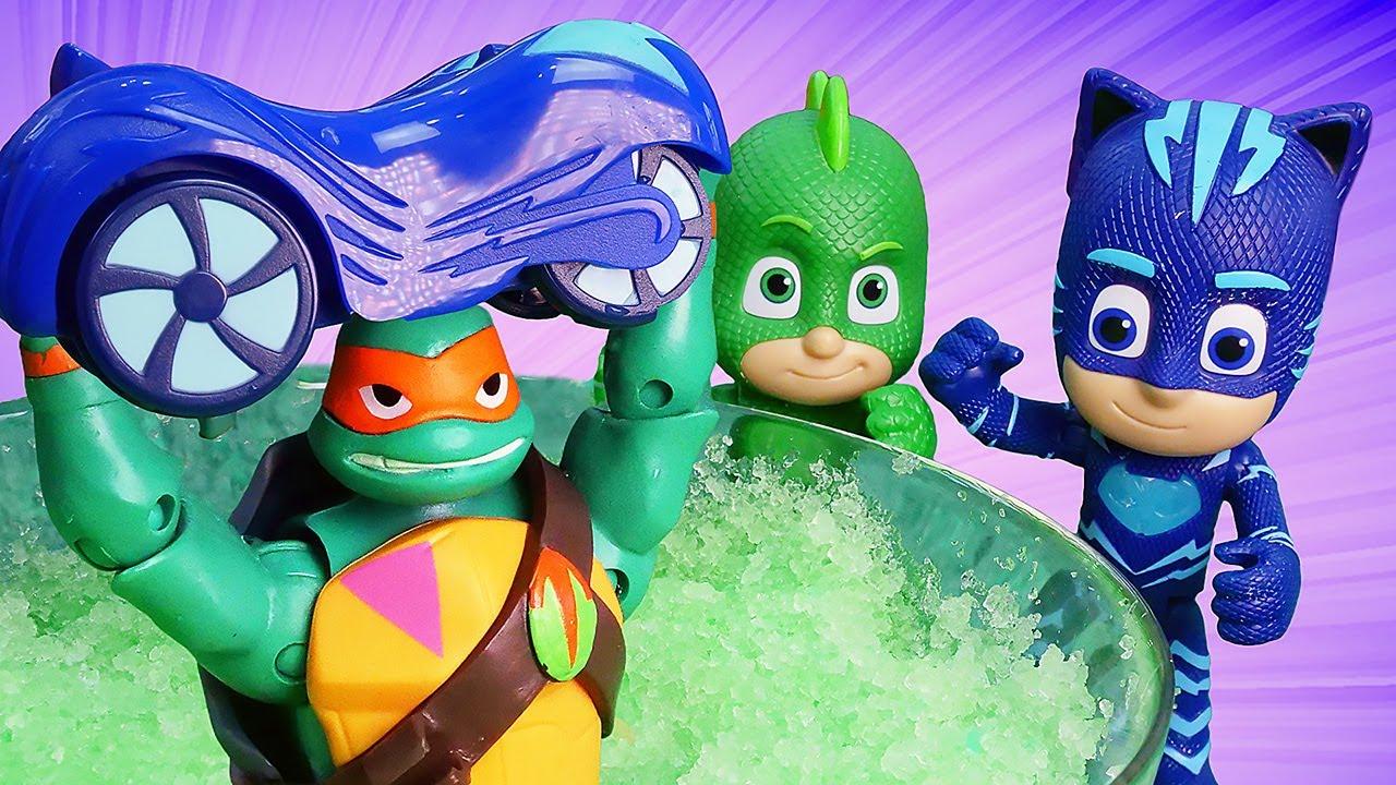 O carro caiu na piscina de gosma! Vídeo com brinquedos animados do Heróis de Pijama em português